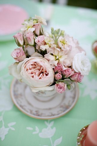 vintage-wedding-decor-idea-mint-green-and-peach-wedding-table-flowers-in-tea-cup